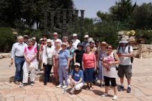 ryhmäkuva Knessetin läheisyydessä