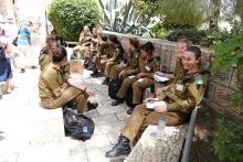 Naissotilaita Kaatuneitten muistopäivän katukuvassa