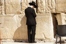 Jerusalem, rukoilija Itkumuurilla